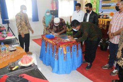 Penandatangan MoU Mitra Iduka dan Perguruan Tinggi disaksikan oleh Kepala Dinas Pendidikan Prov Sumatera Barat